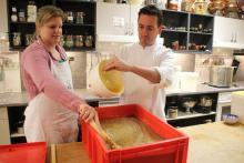Sebastiaan & Joke aan het mosterd maken