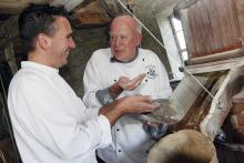 Willem en Sebastiaan aan het mosterd maken